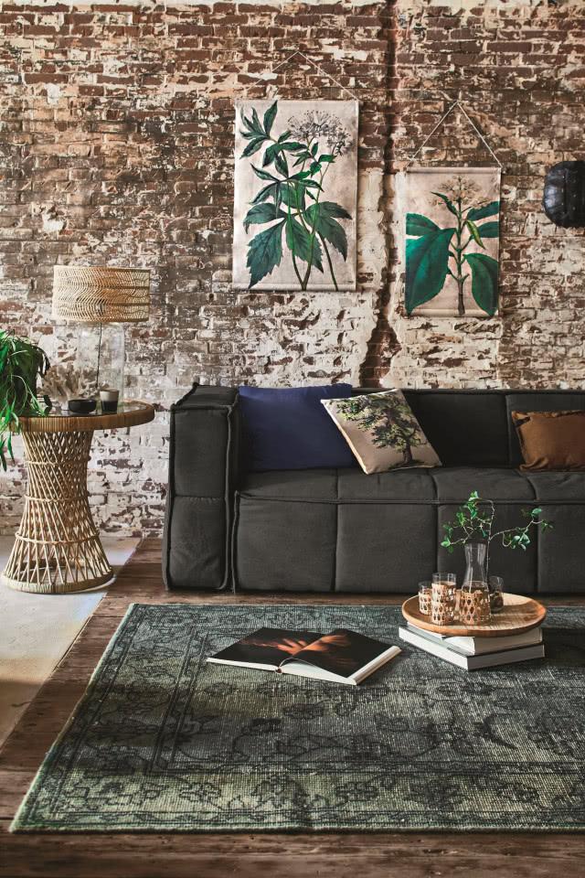 Этот грубый интерьер согревает удобный диван