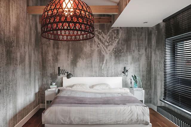 Строгий интерьер с эксклюзивными дизайнерскими аксессуарами.  Он современный, элегантный и неповторимый, а деревянные балки добавляют тепла и уюта.
