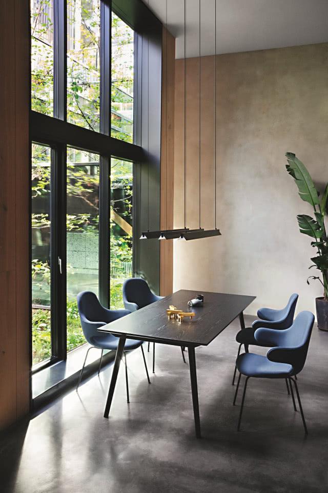 Форма стола разработана таким образом, что мебель принимает активное участие в повседневной жизни.  Вокруг стола кресла с сиденьями виде ракушек, сделанные из цельного куска ткани.