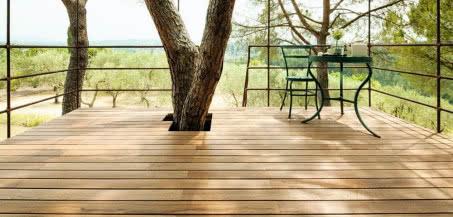 Naturalne drewno na tarasie? Gatunki, które sprawdzą się najlepiej