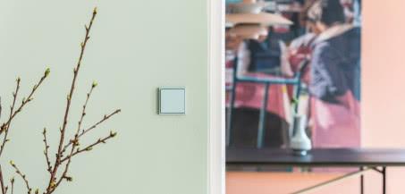 Pomysł na wnętrze w modernistycznym stylu: wybierz włączniki w kolorach Le Corbusiera